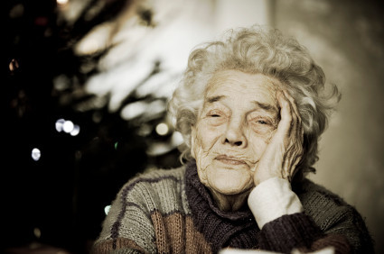 Eldre dame som ser trist ut.