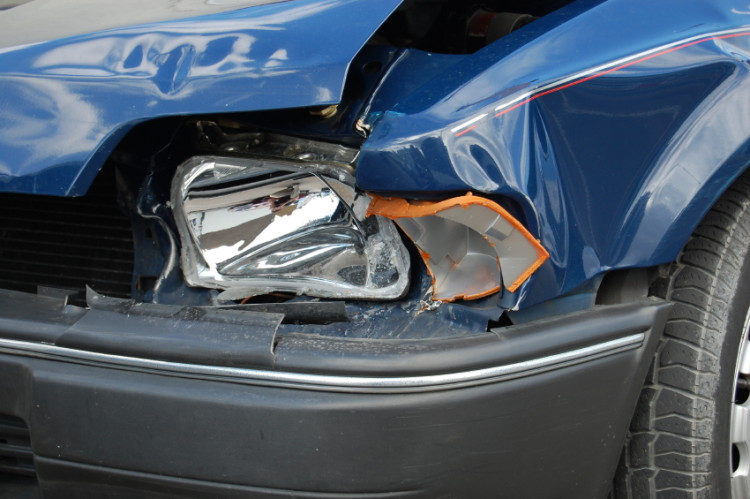 Fronten av en bil som en knust