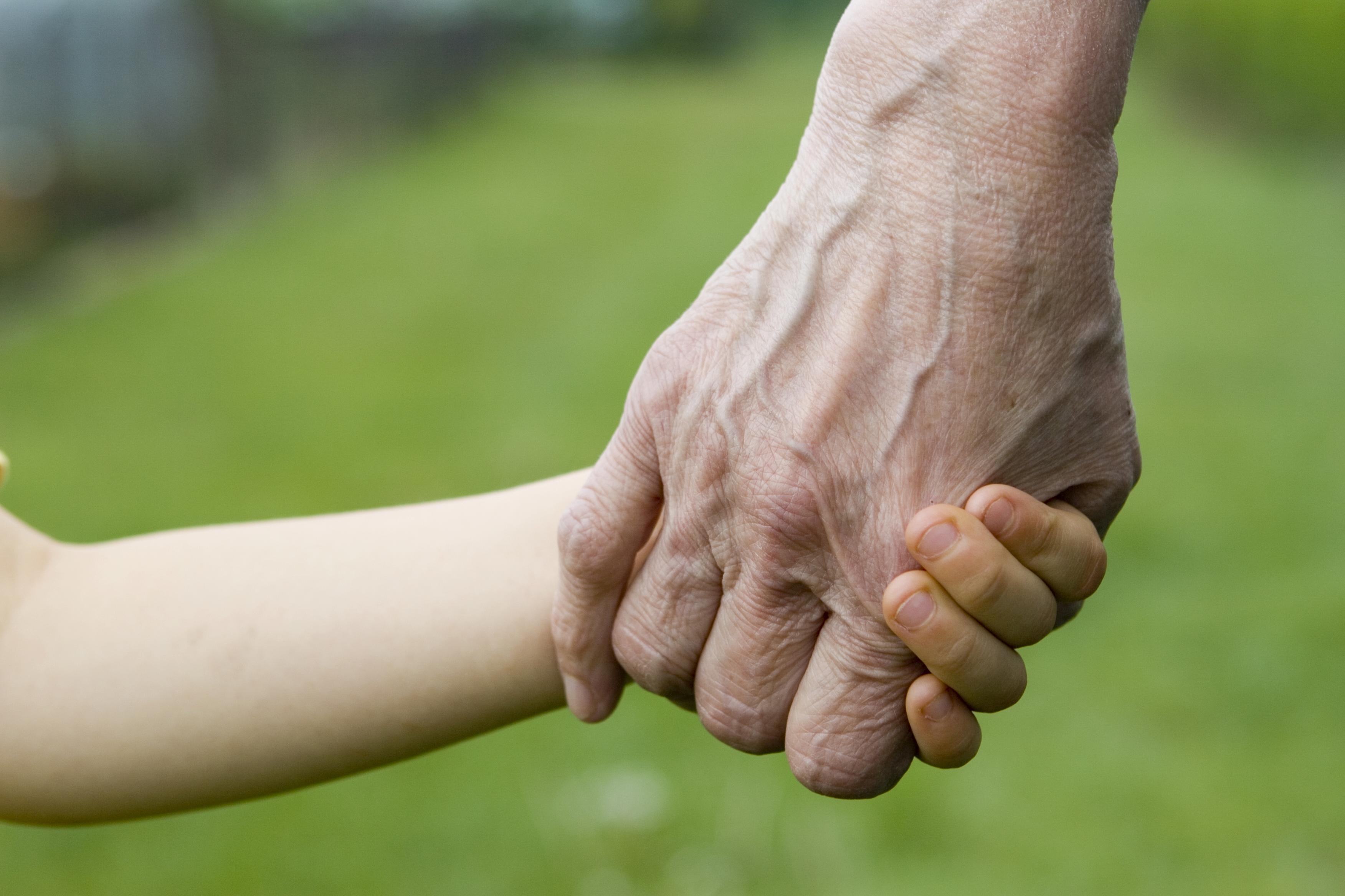 Uskiftet bo, far og sønn holder hender