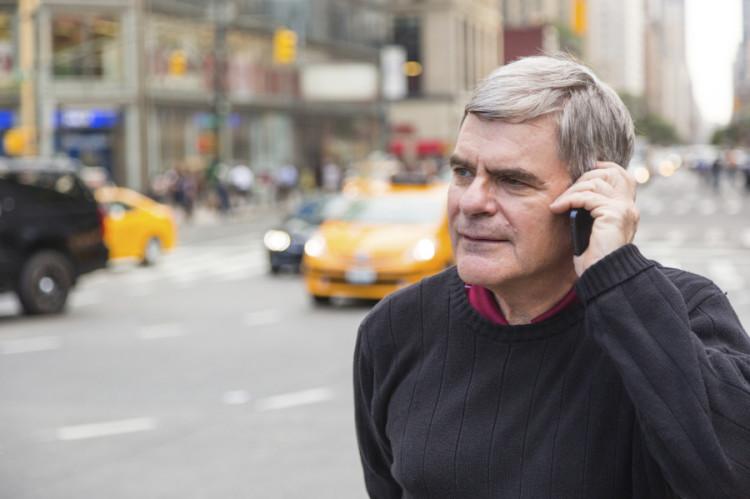 Mann som tar telefonen