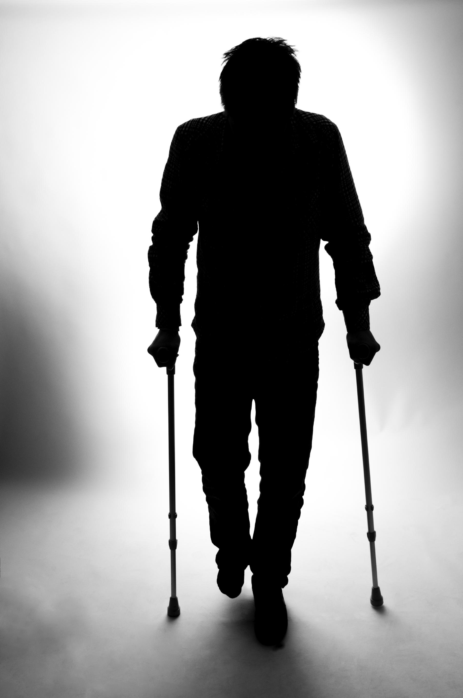 Mann på krykker