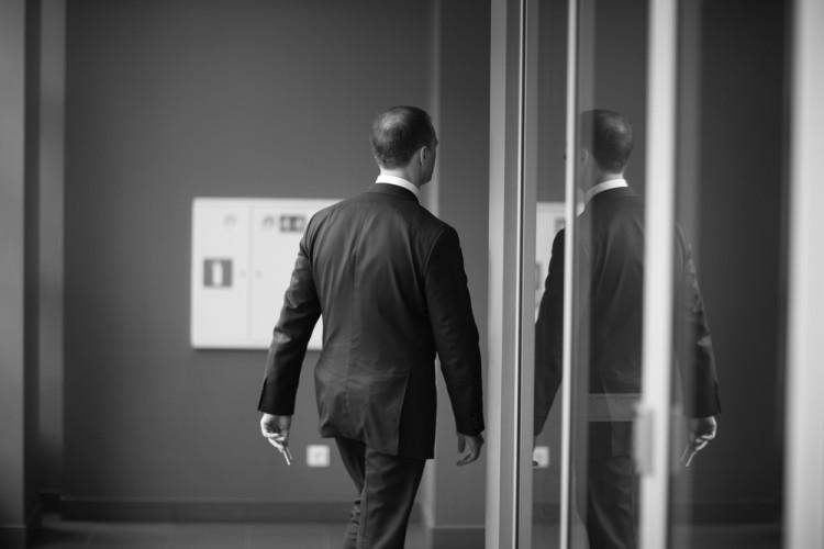 Bilde av mann som forlater kontor