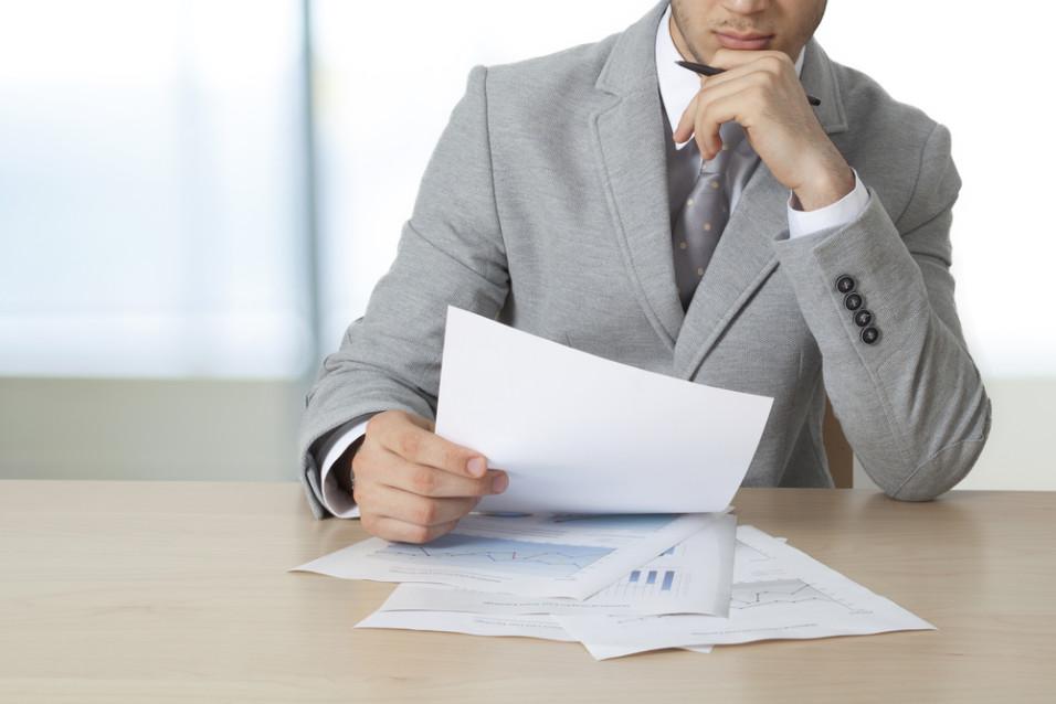 Mann som leser dokumenter