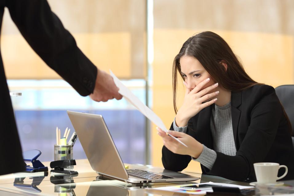 Kvinne som får skriftlig oppsigelse og ser lei seg ut