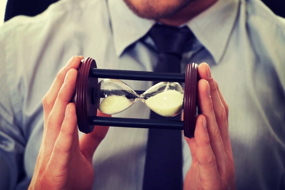 Mann som holder timeglass
