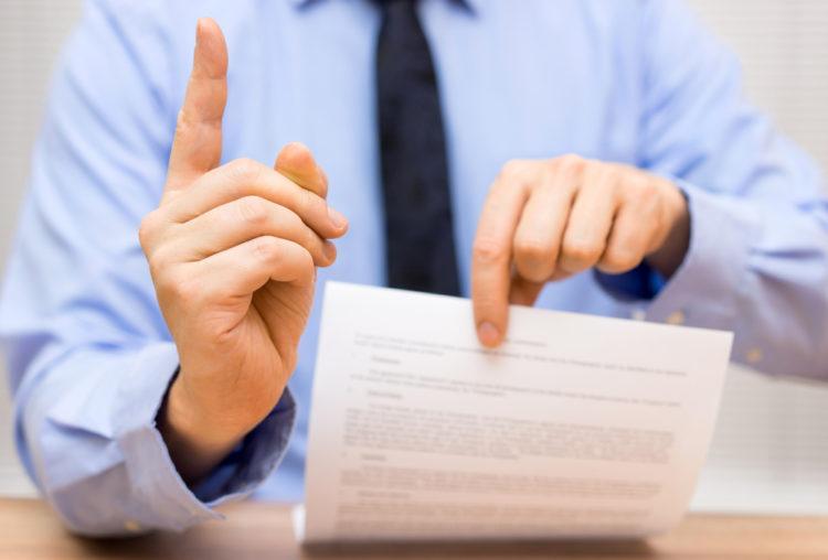 Mann som viser en kontrakt
