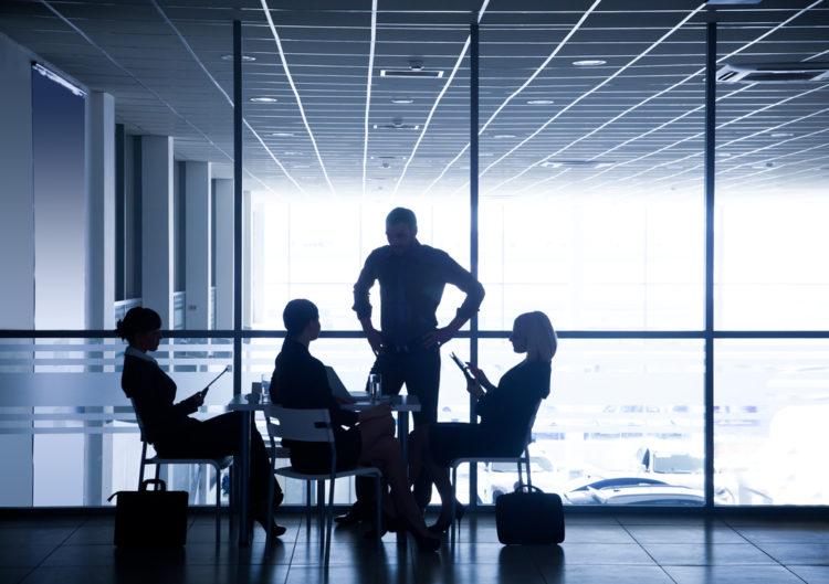 Mann som reiser seg blant en gruppe som sitter