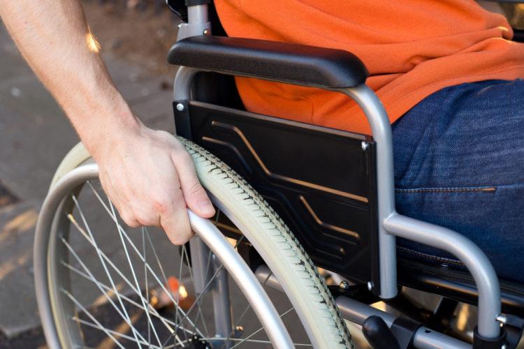 Mann i rullestol