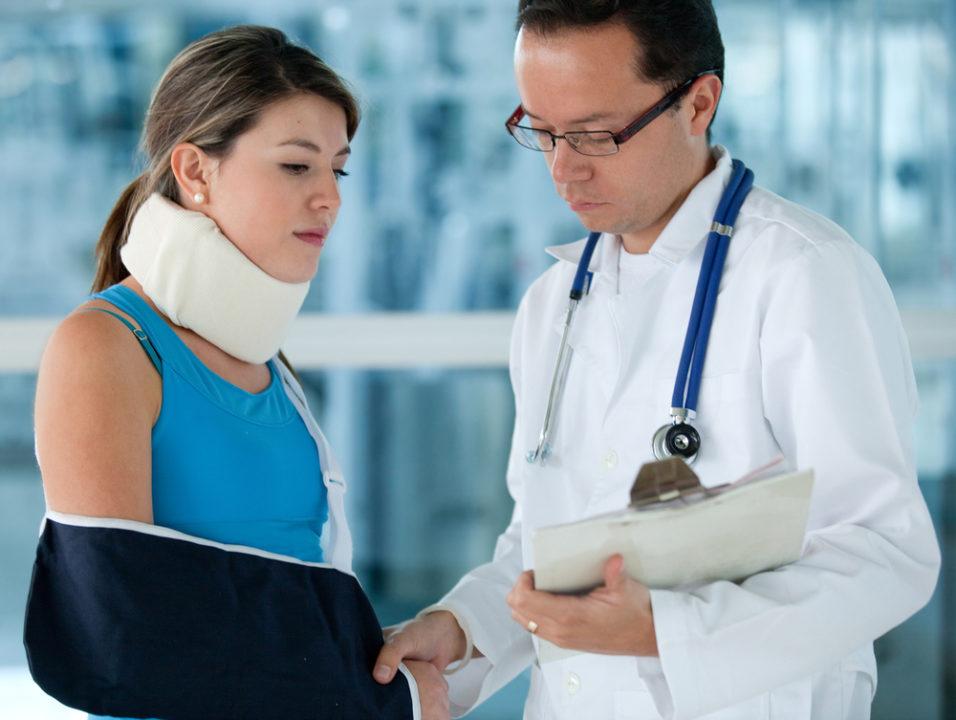 Skadet dame sammen med legen sin