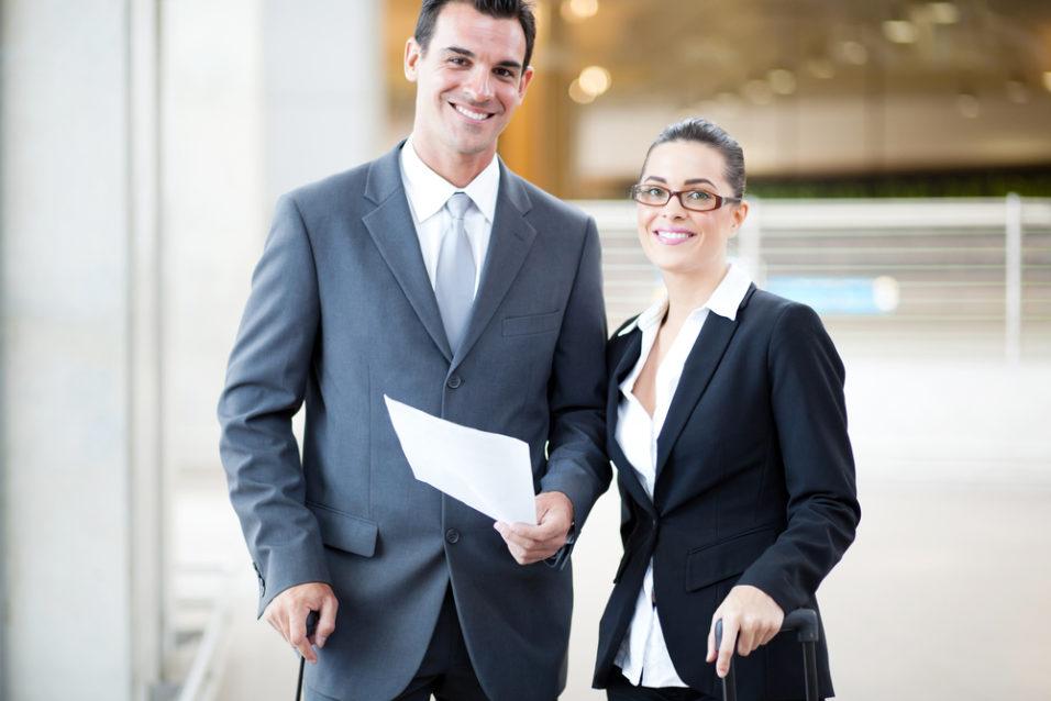 En mann og en dame i dress