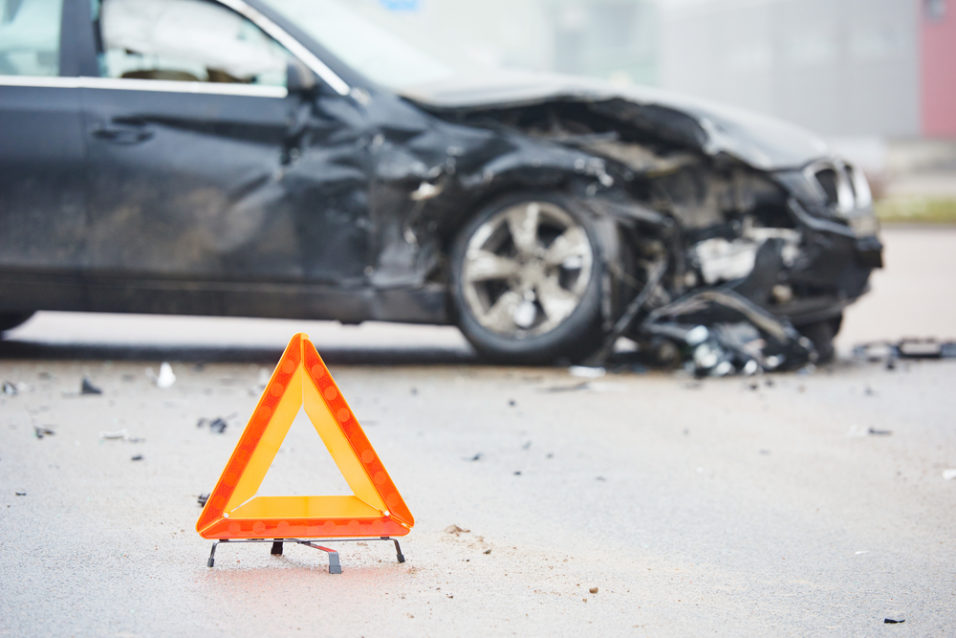 Ødelagt bil og varselstrekant